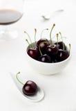 De witte lepel van kersen en kom, sherryglas Royalty-vrije Stock Foto's