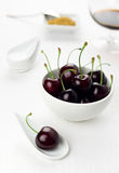 De witte lepel van kersen en kom, sherryglas, suiker Royalty-vrije Stock Afbeeldingen