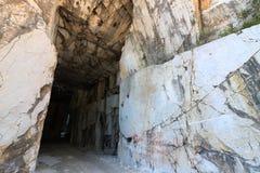 De witte marmeren steengroeve van Carrara die in de galerij wordt gemaakt Het gebruik van diameter stock afbeelding