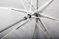 De witte mening van de paraplu dichte omhooggaande bodem, backgrond stock afbeeldingen