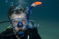 De witte mens is onderwater Stock Afbeeldingen