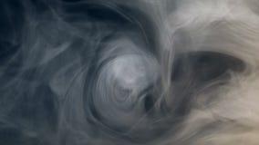 De witte mist krult in de donkere ruimte stock videobeelden