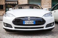 De witte modeldieS auto van Tesla op kant van de weg wordt geparkeerd Royalty-vrije Stock Foto's