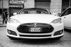 De witte models auto van Tesla die op kant van de weg, vooraanzicht wordt geparkeerd Stock Foto's