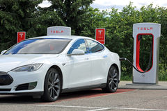 De witte Models electric car charging Batterij van Tesla Stock Foto