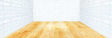 De witte muur van de baksteentegel en houten parketvloer stock foto