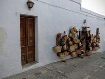 De witte muur van een winkel van vakmanschap met opgeschort van het rijs heeft in Andalusia, Spanje bezwaar royalty-vrije stock afbeeldingen