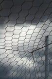 De witte netto, bewolkte hemel van de doelvoetbal Stock Afbeeldingen