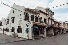 De witte oude koloniale stijlbouw met geschilderde graffiti dichtbij de rivier in Melaka-Stad, Melaka, Maleisië Stock Foto
