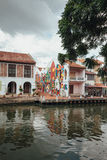 De witte oude koloniale stijlbouw met geschilderde graffiti dichtbij de rivier in Melaka-Stad, Melaka, Maleisië Royalty-vrije Stock Afbeelding
