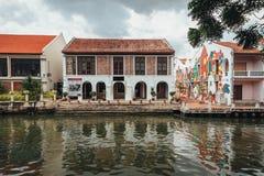 De witte oude koloniale stijlbouw met geschilderde graffiti dichtbij de rivier in Melaka-Stad, Melaka, Maleisië Stock Afbeelding
