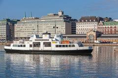 De witte passagiersveerboot gaat de belangrijkste haven van Helsinki in Stock Afbeeldingen