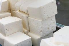 De witte pekelkaas van koe, de geit of de schapen melken klaar voor het eten Witte pekel Bulgaarse sirene klaar voor voltooiing T stock afbeelding