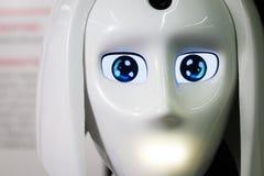 De witte persoonlijke robot kijkt als een mens Mooi cyborg vrouwelijk gezicht op de donkere zwarte achtergrond Royalty-vrije Stock Fotografie