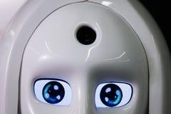 De witte persoonlijke robot kijkt als een mens Mooi cyborg vrouwelijk gezicht op de donkere zwarte achtergrond Royalty-vrije Stock Foto