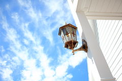 De Witte Pijler van Front Porch Light Installed At Royalty-vrije Stock Afbeelding