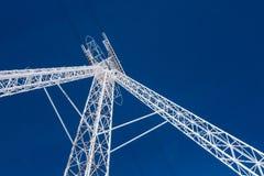 De witte pyloon van het kabelwagenstaal tegen blauwe hemel Stock Afbeelding