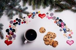De witte raad met veel knopen in een geplaatste regenboog en kop van Royalty-vrije Stock Fotografie