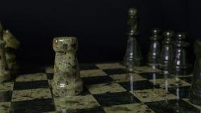 De witte Roek slaat zwarte Olifant op schaakbord Verslagen schaakroek De vrouwen` s hand van de olifantsholding Selectieve nadruk Royalty-vrije Stock Foto's