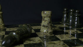 De witte Roek slaat zwarte Olifant op schaakbord Verslagen schaakroek De vrouwen` s hand van de olifantsholding Selectieve nadruk Royalty-vrije Stock Afbeeldingen