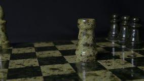 De witte Roek slaat zwarte Olifant op schaakbord Verslagen schaakroek De vrouwen` s hand van de olifantsholding Selectieve nadruk Royalty-vrije Stock Foto