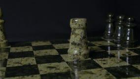 De witte Roek slaat zwarte Olifant op schaakbord Verslagen schaakroek De vrouwen` s hand van de olifantsholding Selectieve nadruk Stock Afbeeldingen