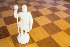 De witte schaakkoning van steen op de vierkante houten raad Royalty-vrije Stock Afbeelding