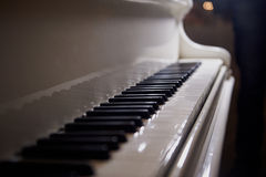 De witte sleutels van de piano Stock Fotografie