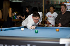 De witte snooker van de koevoet pro stock foto