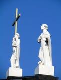 De witte standbeelden van heiligen tegen de blauwe hemel Stock Fotografie