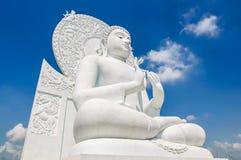 de witte status van Boedha op blauwe hemelachtergrond Royalty-vrije Stock Afbeeldingen