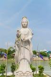 De witte steen die voor Guan Yin-standbeeld snijden Royalty-vrije Stock Fotografie