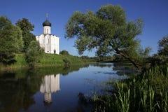 De witte steenkerk van de Interventie van de Heiligste Moeder van God op Nerli de 12de eeuw stock fotografie