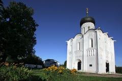 De witte steenkerk van de Interventie van de Heiligste Moeder van God op Nerli de 12de eeuw stock afbeeldingen