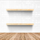 De witte tegelruimte en de houten bevloering met houten plank, bespotten omhoog F royalty-vrije stock fotografie