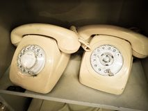 De witte Telefoon van het room Uitstekende Roterende bureau in Oude toonfoto stock foto