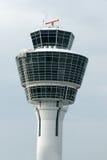 De witte toren van de luchthavencontrole Stock Afbeeldingen
