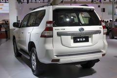 De witte van de het landkruiser van Toyota van de prado suv auto achtermening Royalty-vrije Stock Foto