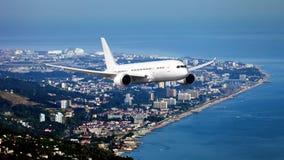 De witte vliegtuigen van het passagiers brede lichaam in de hemel Stock Afbeelding
