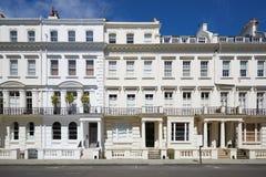De witte voorgevels van luxehuizen in Londen Royalty-vrije Stock Afbeeldingen