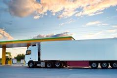De witte vrachtwagen is bij een brandstofpost royalty-vrije stock foto's