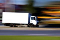 De witte vrachtwagen gaat spoedig Stock Afbeeldingen