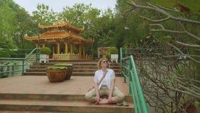 De witte vrouw bidt bij altaar van Boeddhistische tempel in Thailand stock videobeelden