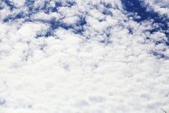 De witte wolk en de blauwe hemel als achtergrond Stock Foto's