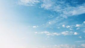 De witte wolk verdwijnt in de hete zon op blauwe hemel De vorm van cumuluswolken tegen een briljante blauwe hemel Tijd-tijdspanne stock videobeelden