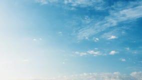 De witte wolk verdwijnt in de hete zon op blauwe hemel De vorm van cumuluswolken tegen een briljante blauwe hemel Tijd-tijdspanne stock footage