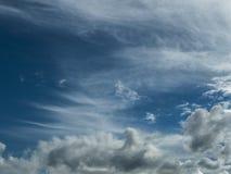 De witte wolken, Blauwe hemel/Wit betrekt blauwe hemel in het regenachtige seizoen Royalty-vrije Stock Fotografie