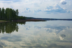 De witte wolken denken in het meer na Meer Svityaz Volyngebied ukraine Stock Fotografie