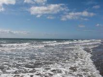 De witte wolken van de overzeese oceaan tropische golf van het het waterschuim strand blauwe hemel Stock Afbeelding
