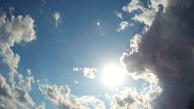 De witte wolken verdwijnen in de hete zon op blauwe hemel Motieachtergrond stock video